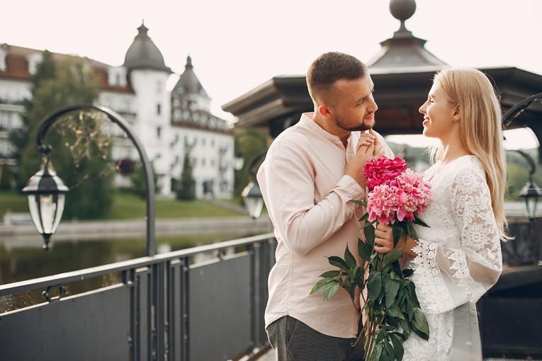Erkek ve kadın romantik anlarda